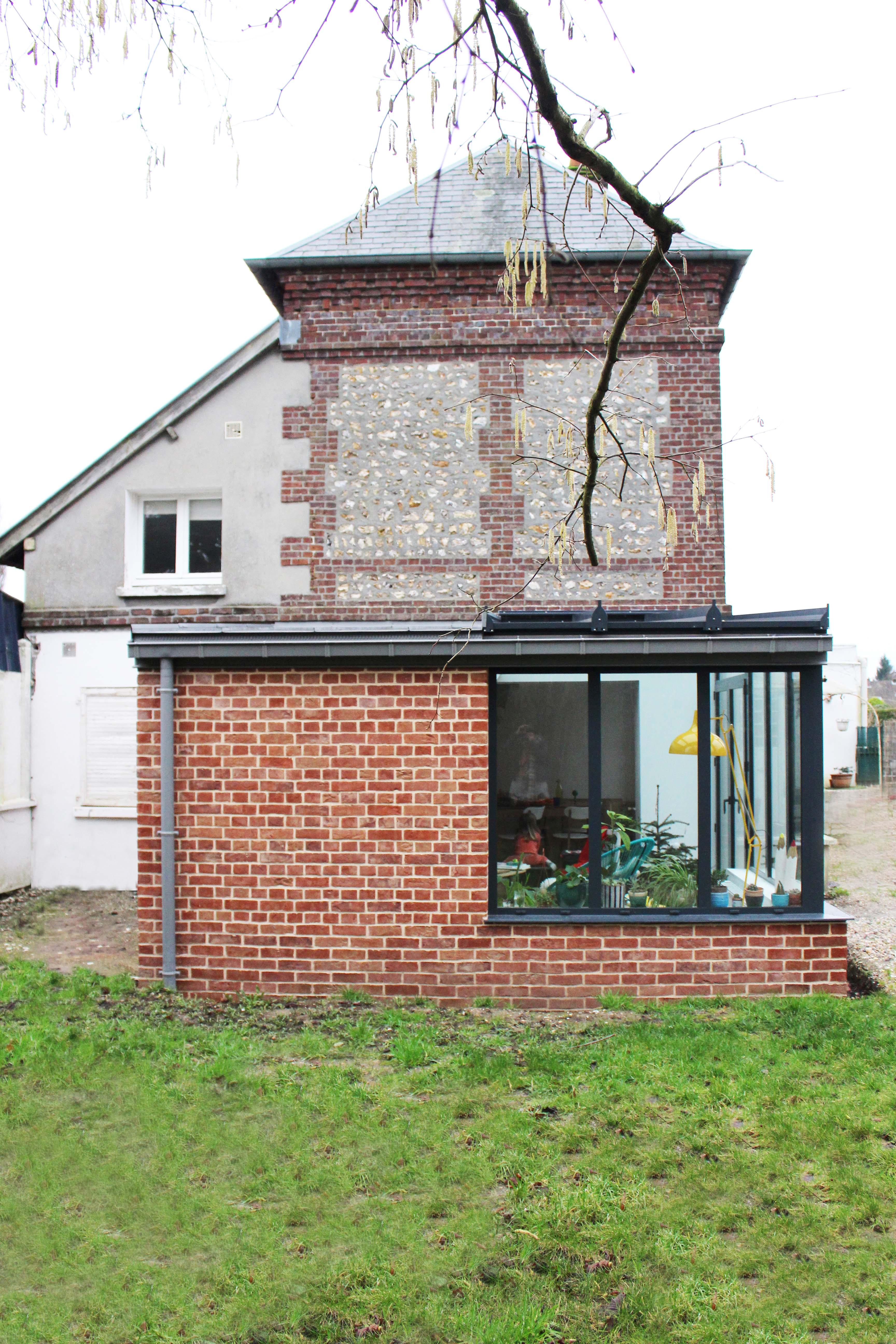 Extension d'une maison en briques de type verrière