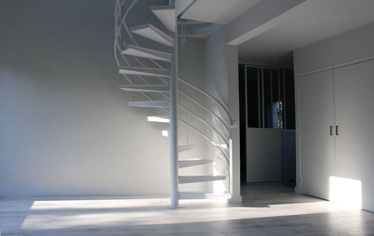 Escalier en métal blanc contemporain