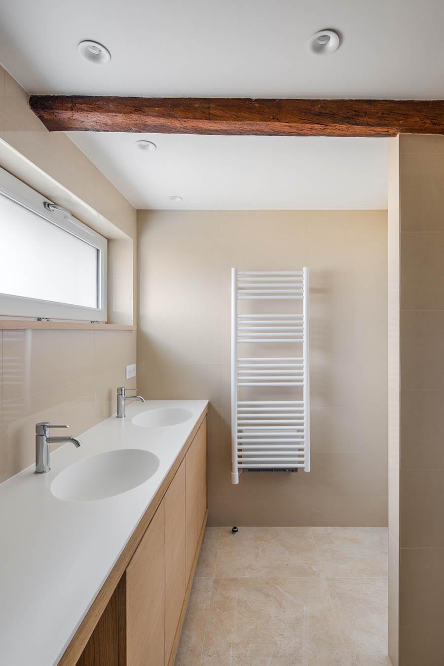 Rénovation de salle de bain avec meubles sur mesure