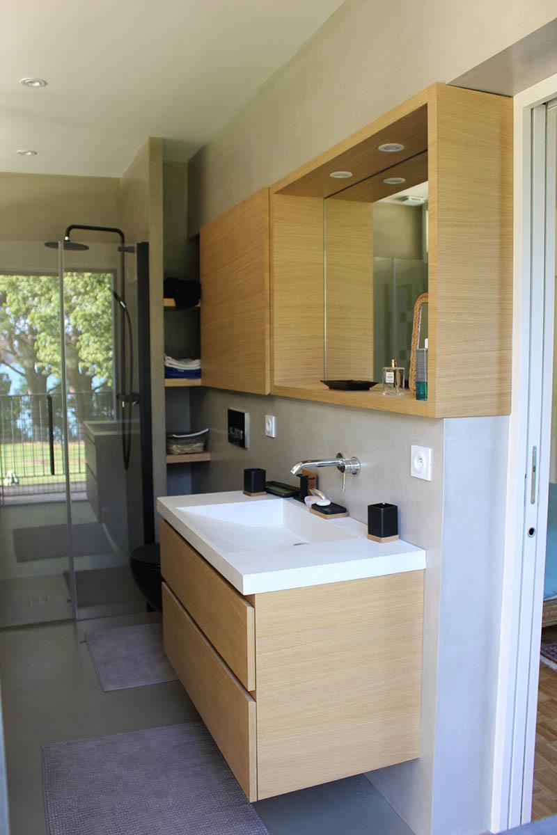 Salle de bain en béton ciré et meubles en chêne sur mesure